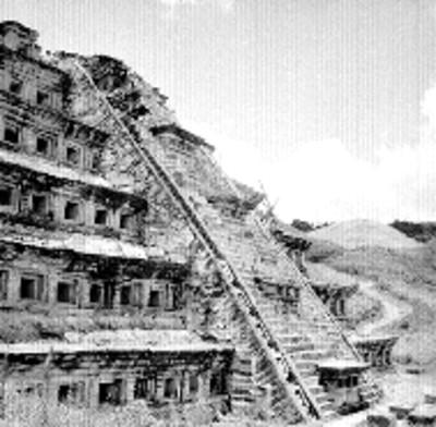 Trabajos de restauración en la Pirámide de los Nichos, vista