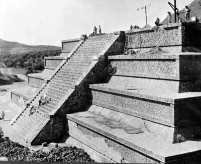 Hombres restauran cuerpo adosado a la Pirámide de la Luna, reprografía