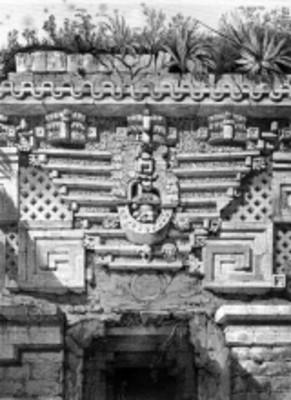 Lámina 9: Ornamento sobre la entrada principal, Casa del Gobernador, reprografía bibliográfica