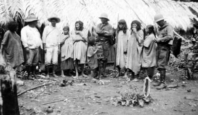 Grupo de lacandones con arqueólogos, retrato de grupo