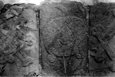 Estela con relieves que representan huesos humanos, Uxmal