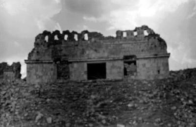 Fachada de edificio del lado Oeste con cresterías asociado al Cojunto del Cementerio, Uxmal