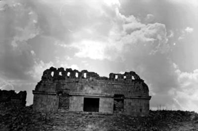 Templo del lado Oeste decorado con cresterías, Conjunto del Cementerio, Uxmal