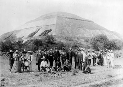 Músicos y hombres a un costado de la Pirámide del Sol, reprografía