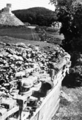 Vista del edificio llamado el Mirador desde el Palacio de la Máscara, Labná