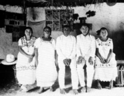 Familia de filiación étnica maya, retrato de grupo, reprografía