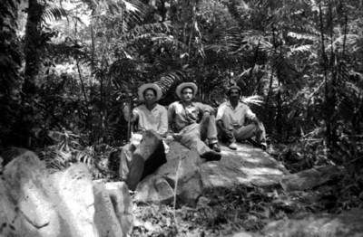 Retrato de hombres sobre ruinas mayas