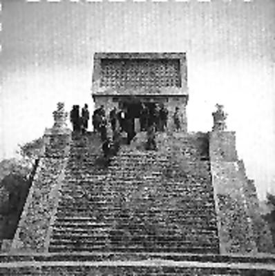 Funcionarios descienden de la Pirámide de Santa Cecilia
