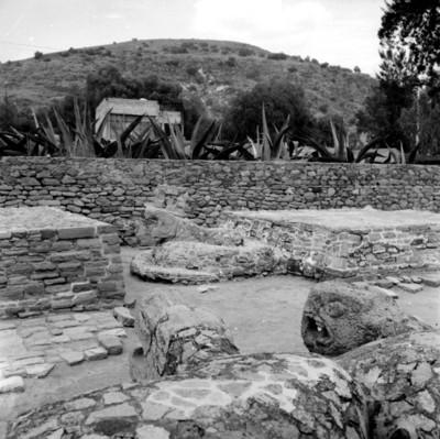 Detalle del coatepantlí y xiuhcóatl de Tenayuca