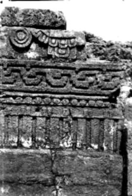 Vista frontal de una de las jambas en la Pirámide del Tepozteco, reprografía