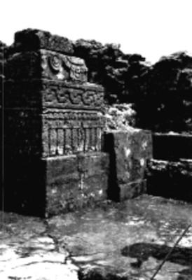 Vista parcial de una jamba y banca en la Pirámide del Tepozteco