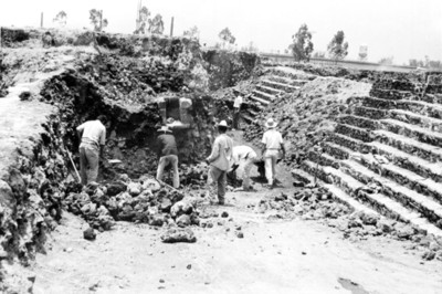 Hombres realizan trabajos de reconstrucción en Tlatelolco