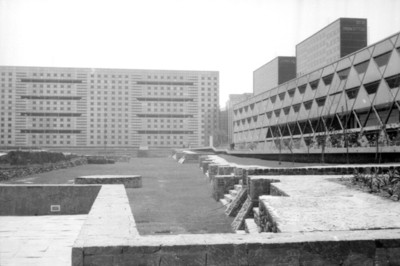 Vista de la zona arqueológica de Tlatelolco tomada desde el Eje Lázaro Cárdenas