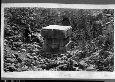 Hombres observan la escultura de la Chalchiuhtlicue que está enterrada, reprografía