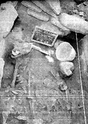 Vista parcial de tumba en excavación