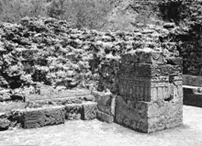 Detalle de los relieves prehispánicos de muros y pilastras de un edifico en El Tepozteco