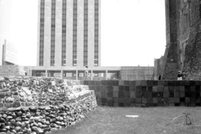 Esquina de la estructura K y fachada de la iglesia de Santiago Tlatelolco