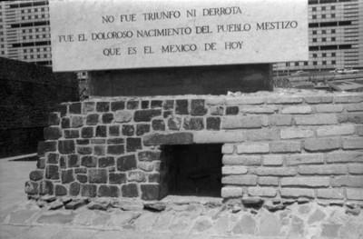 Vista de la placa conmemorativa de la zona arqueológica de Tlatelolco
