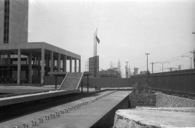 Vista parcial del edificio de Relaciones Exteriores y la cerca perimetral de la zona arqueológica de Tlatelolco