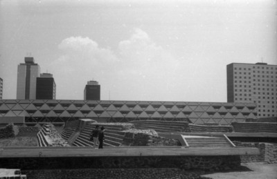 Hombres en la zona arqueológica de Tlatelolco