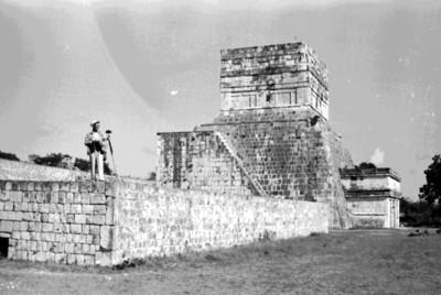 Hombre en la plataforma del Templo de los Tigres o Jaguares