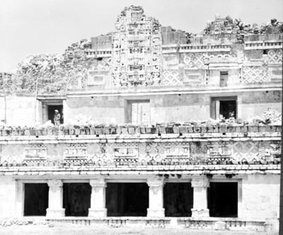 Hombres en la parte superior del edificio Norte del Cuadrángulo de las Monjas, reprografía