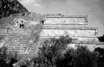 Visitantes en la pirámide de El Tecolote