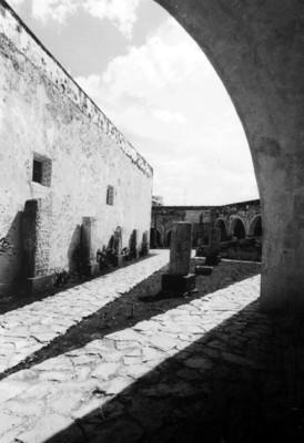 Aspecto de un patio del Museo de Arquitectura Maya (Baluarte de la Soledad), reprografía