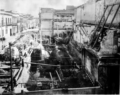 Vista de las excavaciones realizadas por Manuel Gamio en la esquina de Seminario y Santa Teresa