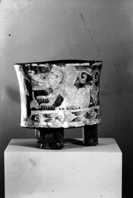 Vaso trípode con la imagen de un jaguar ataviado con un tocado de plumas, Teotihuacán, reprografía