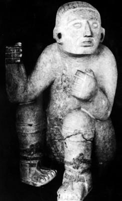 Escultura de un personaje sedente, porta estandarte, Chichén Itzá