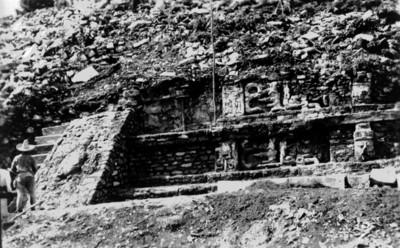 Vista de los trabajos de restauración de una alfarda en Palenque