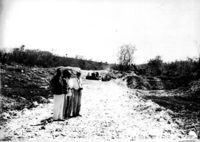 Grupo de hombres en los trabajos de la carretera que conduce a Edzná, reprografía