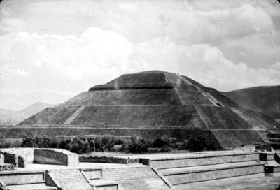 Vista de estructura prehispánica en la plaza central de Copán, reprografía