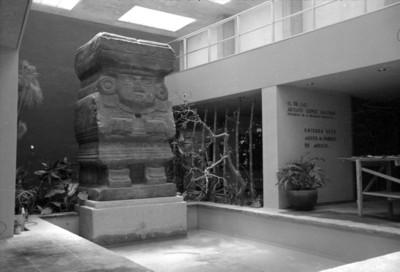 Escultura de la diosa Chalchiuhtlicue en el interior del museo arqueológico de Teotihuacán