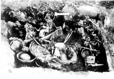 Excavación de un entierro prehispánico en Teopanzolco, reprografía