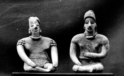 Figurillas antropomorfas masculinas en posición sedente