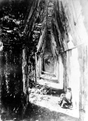 Joven sentado en una de las crujías de la Casa A de El Palacio, reprografía