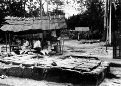 Campamento arqueológico junto al templo asociado al cenote sagrado, Chichén Itzá, reprografía