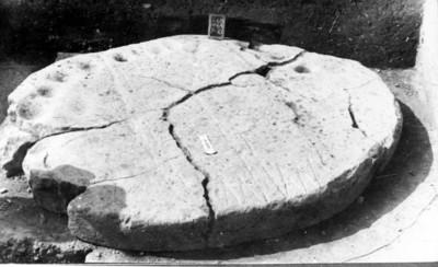 Hombres recolectan material arqueológico extraído del cenote sagrado, Chichén Itzá, reprografía