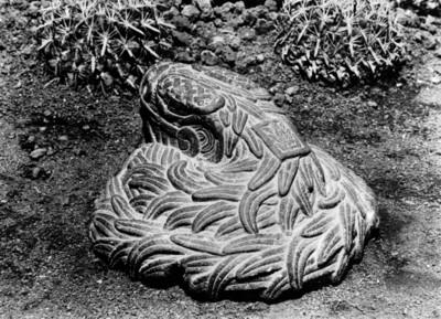 Escultura de serpiente emplumada con el signo 1 Caña