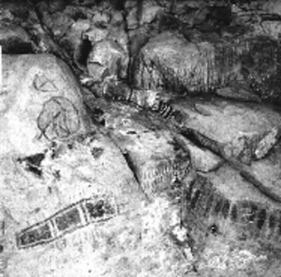 Vista parcial de pinturas rupestres con figuras geométricas