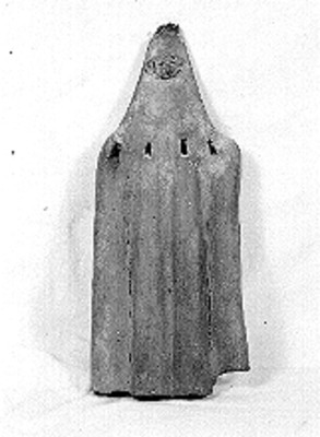 Silbato con rostro antropomorfo en la parte superior, vista frontal