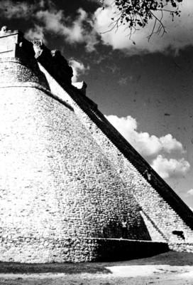 Mujer recorre el basamento de la Pirámide del Adivino