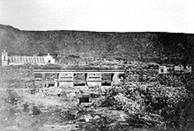 Hombres en un Templo de Mitla antes de su reconstrucción