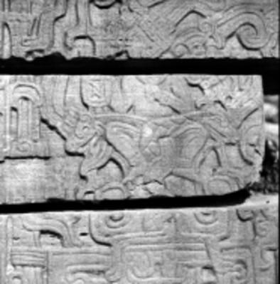 Detalle de uno de los tableros del Juego de Pelota Norte con un personaje en posición sedente