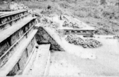 Hombre sobre las ruinas en Tajín Chico