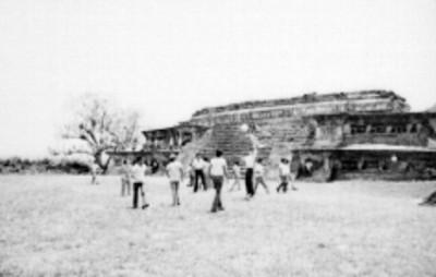Grupo de niños juegan frente al Edificio C en Tajín Chico