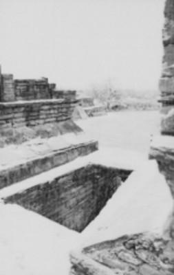 Vista de la parte superior del acceso en forma de arco maya del Edificio A