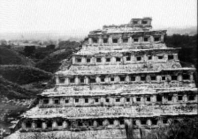 Fachada lateral de la pirámide de los Nichos